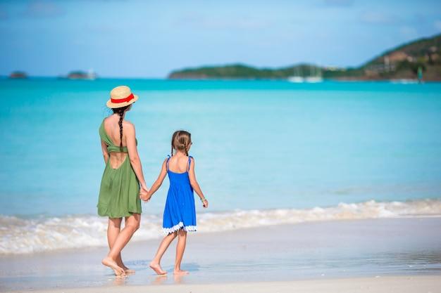 Retrato de niña y madre en vacaciones de verano