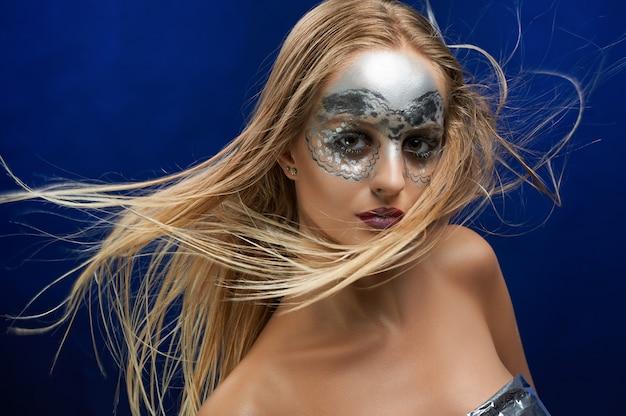 Retrato de una niña con maquillaje fantástico