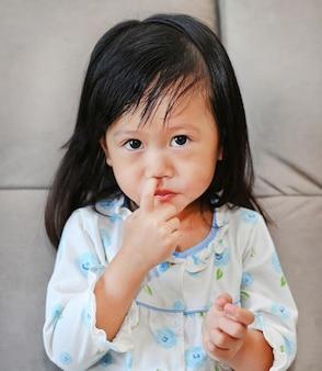 Retrato de niña con mocos que fluye de su nariz