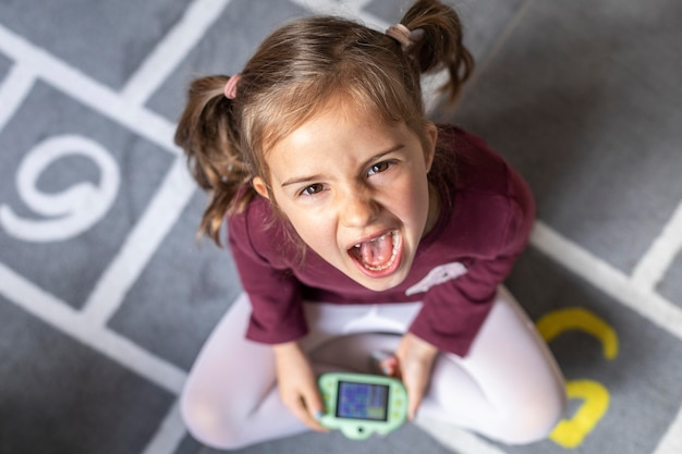 Retrato niña molesta por el juego