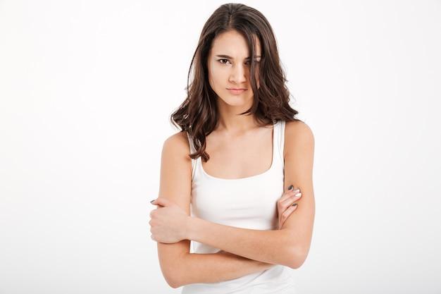 Retrato de una niña molesta vestida con una camiseta sin mangas