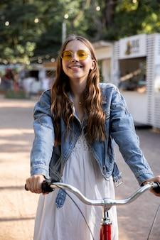 Retrato niña montando bicicleta