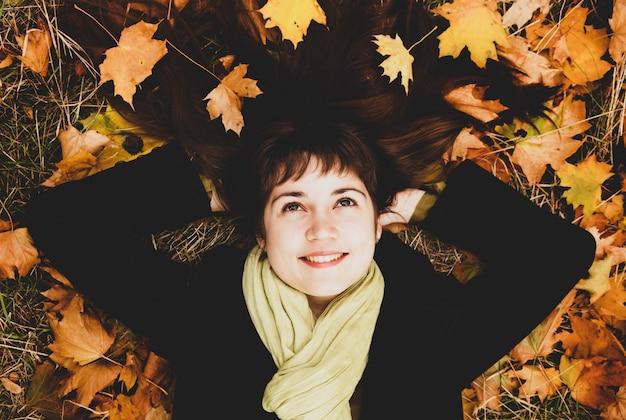 Retrato de niña morena en el parque otoño.