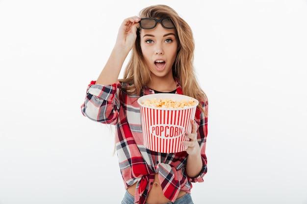 Retrato de una niña muy sorprendida en camisa a cuadros