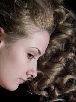 Retrato de niña de pelo largo