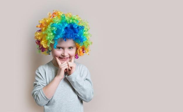 Retrato de niña con peluca colorida