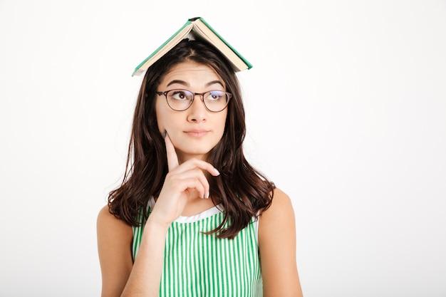 Retrato de una niña pensativa en vestido y anteojos