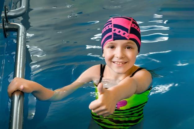 Retrato de una niña en la piscina cubierta