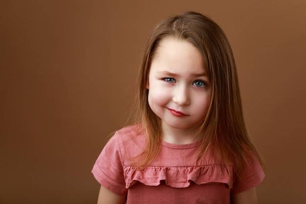 Retrato de una niña preescolar mostrando emoción de ira