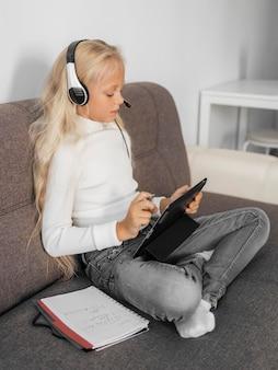 Retrato de una niña prestando atención a la clase en línea