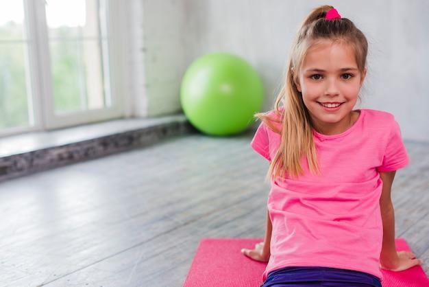 Retrato de una niña rubia sonriente mirando a la cámara