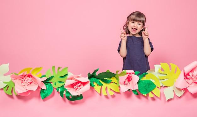 Retrato de una niña sobre un fondo rosa de verano