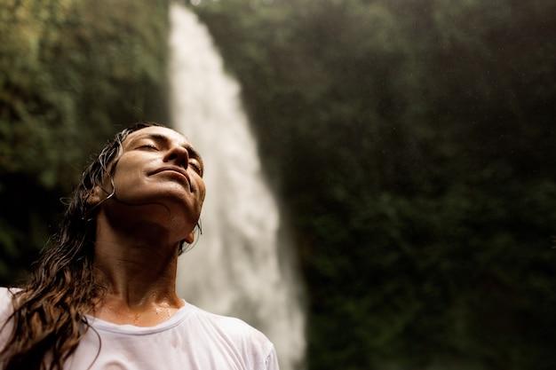 Retrato de una niña sobre un fondo de la selva