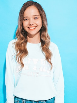 Retrato de niña sonriente feliz con ropa casual sin maquillaje. mujer joven, modelo, posar
