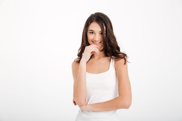Retrato de una niña sonriente vestida con camiseta sin mangas