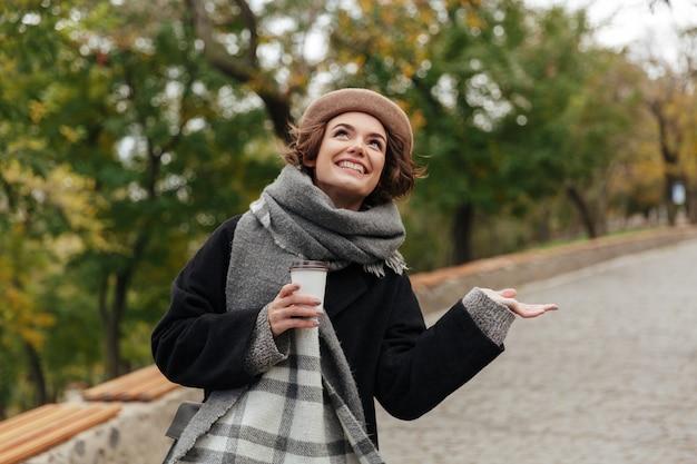 Retrato de una niña sonriente vestida con ropa de otoño