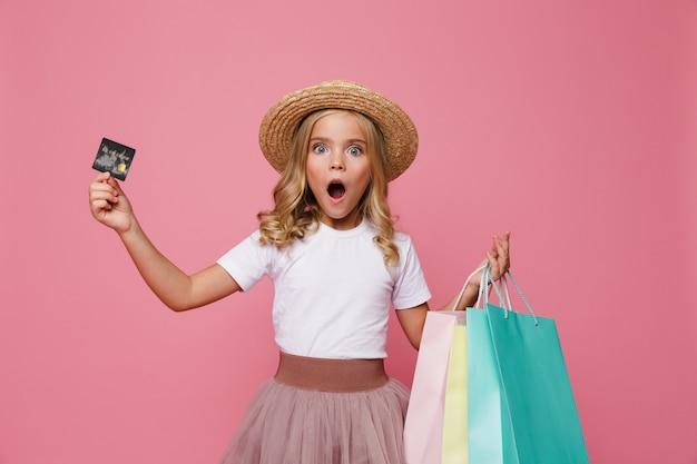Retrato de una niña sorprendida con sombrero y falda