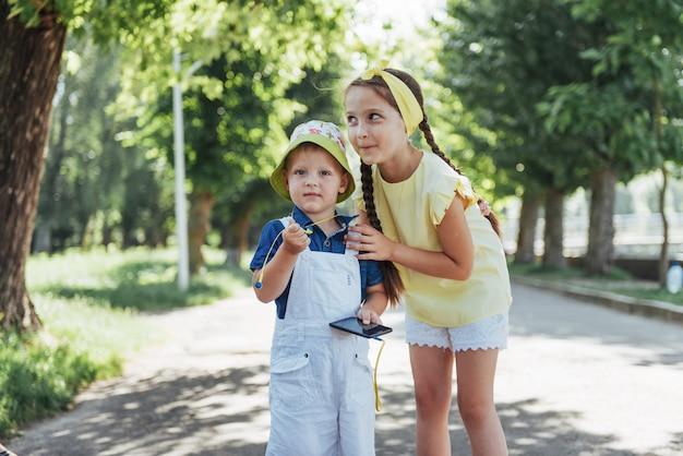 Retrato de una niña y su hermano.