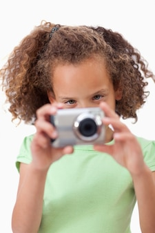 Retrato de una niña tomando una foto