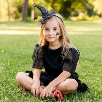 Retrato de niña en traje de bruja
