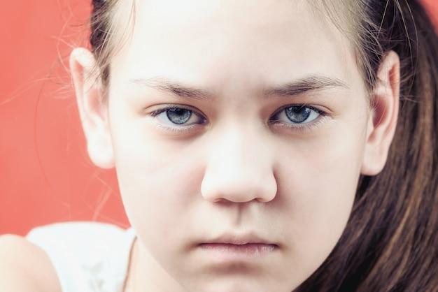 Retrato de niña triste y ofendida. el concepto de abuso infantil.
