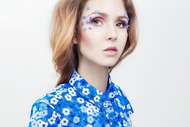 Retrato de una niña en vestido azul, cosmética natural.