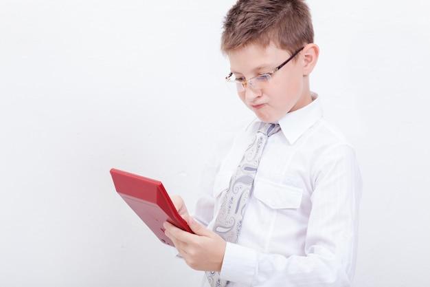 Retrato de niño adolescente con calculadora en blanco