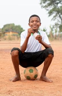 Retrato, niño africano, con, pelota del fútbol