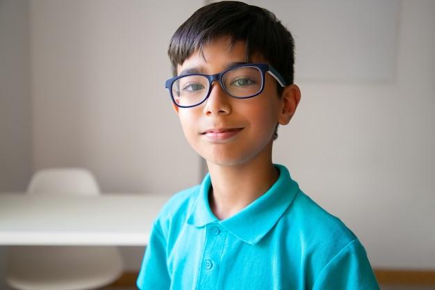 Retrato de niño asiático en anteojos