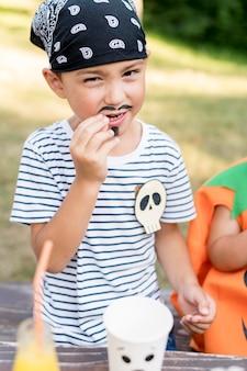 Retrato niño celebrando halloween