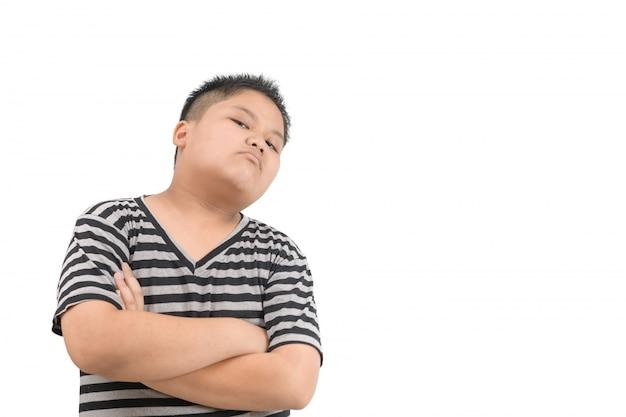 Retrato de niño enojado enojado aislado en blanco