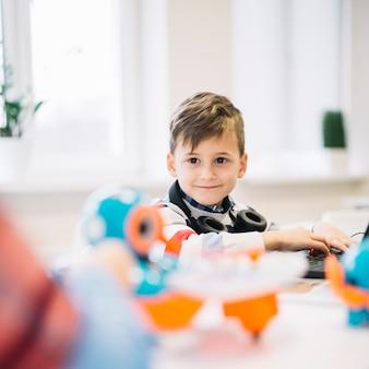Retrato de un niño feliz con auriculares alrededor de su cuello