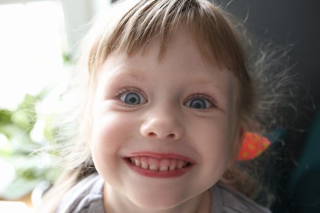 Retrato de niño feliz