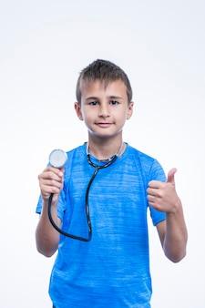 Retrato de un niño gesticulando pulgares arriba