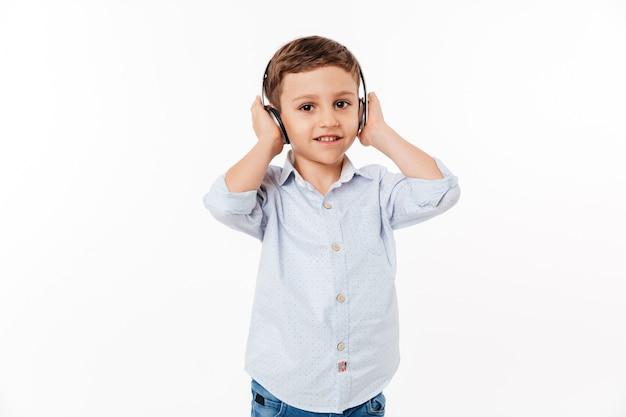 Retrato de un niño lindo en auriculares