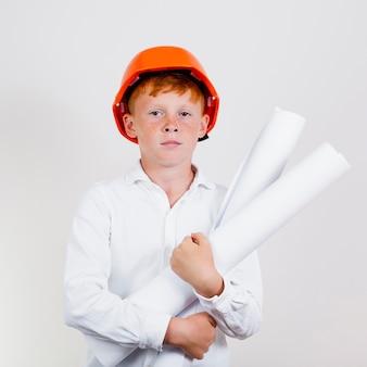 Retrato de niño lindo con casco de seguridad