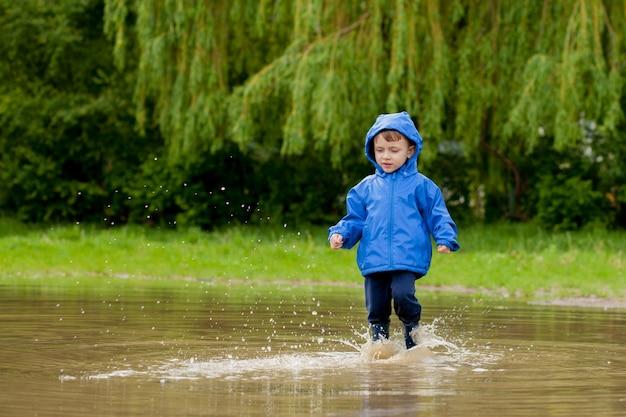 Retrato de niño lindo niño jugando con barco artesanal.