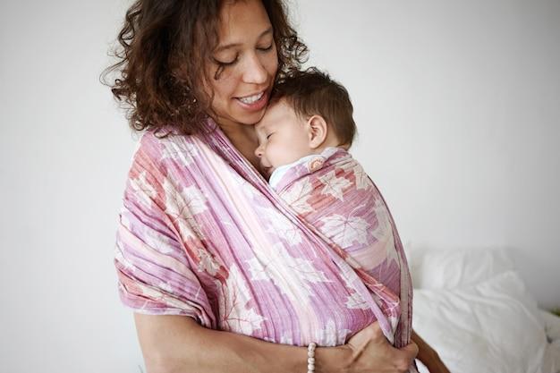 Un retrato de un niño y una madre.