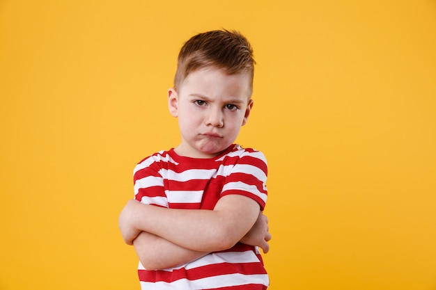 Retrato de un niño molesto con el ceño fruncido mirando a la cámara