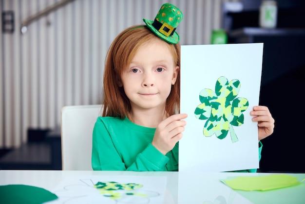 Retrato de niño mostrando decoración completa
