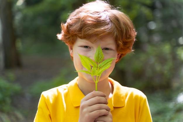 Retrato de niño en la naturaleza