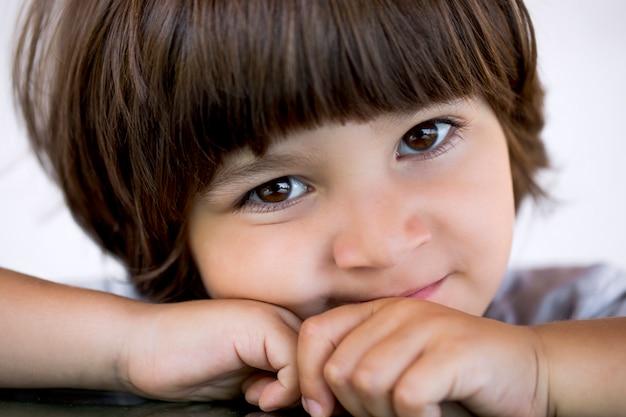 Retrato de niño pequeño de cerca