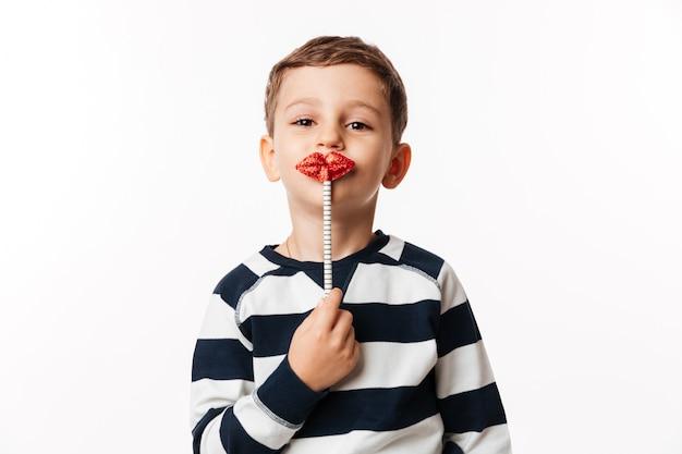 Retrato de un niño pequeño lindo divertido
