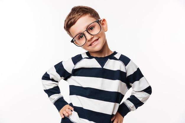 Retrato de un niño pequeño lindo feliz en anteojos