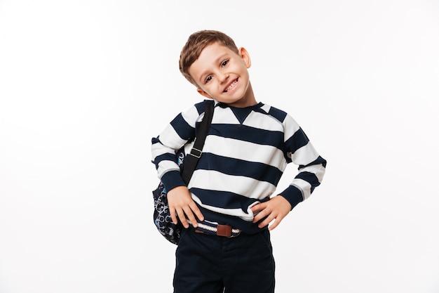 Retrato de un niño pequeño lindo feliz con mochila