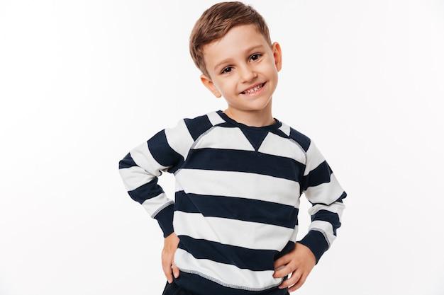 Retrato de un niño pequeño lindo feliz