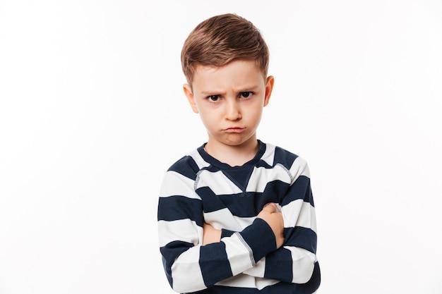 Retrato de un niño pequeño lindo molesto
