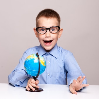 Retrato de un niño pequeño que sostiene un globo. concepto de viaje