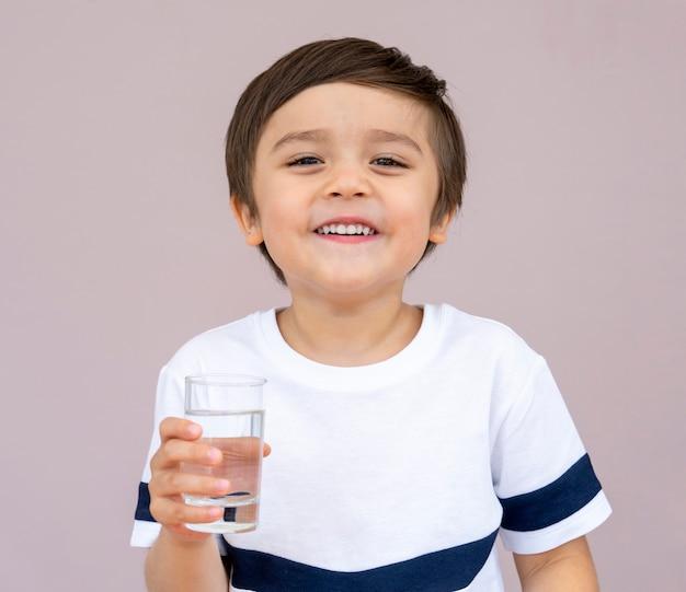 Retrato de niño pequeño vaso de agua