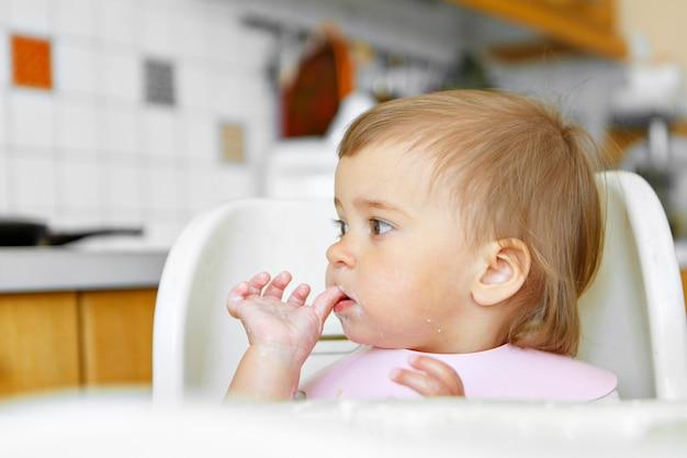 Retrato de un niño que unta la cara con comida